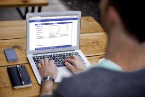 persoonlijk ontwikkelingsplan maken op laptop